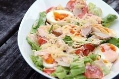 Classic salad made out of hard boiled eggs cold cuts tomatoes cucumbers cheese and lettuce dressed with thousand island dressing Green Salad With Chicken, Chicken Salad, Greek Recipes, Asian Recipes, Ethnic Recipes, Cetogenic Diet, Classic Salad, How To Make Salad, Easy Salads
