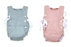Pelele unisex, con abotonadura delantera y corte en la espalda, confeccionado en lino de lunaritos en tono cuarzo y rosa. Tiene dos lazadas de algodón blanco a ambos lados.Tallaje y medidas (largo total):- 3m: 39 cm- 6m: 41 cm- 9m: 43 cm- 12m: 45 cmCOMPOSICIÓNCuidado de la prenda: se recomienda lavar a 30 grados de temperatura máxima y no usar secadora.