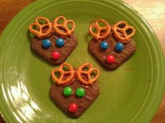 Easy Reindeer Treats. I used chocolate covered grahams, chocolate frosting, pretzels & M