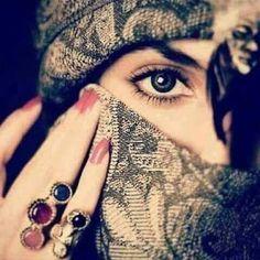 وكأن عيناك خلقت لتجمع جمال الكون