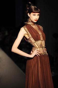 Robe plissée en crêpe de soie au défilé Jean Paul Gaultier, haute couture automne hiver 2008 2009 - Jean-Paul Gaultier, défilé haute-couture automne hiver 2008 2009