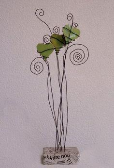 Trois coeurs verts en suspension carreaux fil de fer platre et papier journal 2009