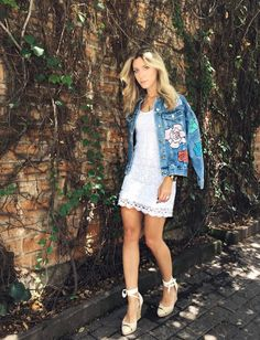 26 Floral Spring Outfit Inspiration to Copy Asap Floral Dress Outfits, Red Floral Dress, Floral Denim, Floral Pants, White Dress, Jumpsuit Denim, Wrap Dress Short, Estilo Jeans, Denim Fashion