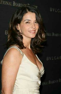 Annabella Sciorra - American film, television, and stage actress. Wow she looks like Tina Fey or Tina Fey looks like her. Beautiful Girl Body, Beautiful Women, Great Women, Amazing Women, Annabella Sciorra, Ethnic Looks, Olive Skin, Italian Beauty, Tina Fey