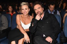 Amicable exes Kaley Cuoco and Johnny Galecki at the PCAs. (Getty Images)