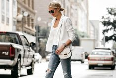 Fashion Jackson shows you how to wear a white blazer, even during the hot summer. Paired with denim and pumps for an effortless outfit. White Blazer Outfits, Outfit Jeans, Jean Outfits, Distressed Jeans Outfit, Jean Délavé, Fashion Jackson, Blonde Women, Summer Looks, Summer Outfits