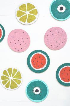 Obst-Untersetzer: Mit Acrylfarbe einfach Ikea Kork-Untersetzer in Wassermelonen, Zitronen, Himbeer oder Kiwi-Optik bemalen. Das DIY gibt es hier: https://bonnyundkleid.com/2016/06/diy-obst-untersetzer/ //cork //melon //fruits