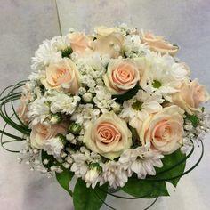 morsiuskimppu ruusuista ja krysantteemista