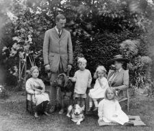 Family group in Left to right Nancy, David, Tom, Diana, Sydney and Pam with dogs. Mitford Sisters, English Novels, Six Sisters, Duke Of Devonshire, People Of Interest, British History, Great Friends, The Girl Who, Vintage Art
