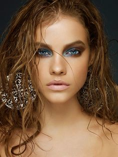 Wet Hair, Love Color on Eyes (maybe not this much! Amazing blue smokey eye-love this intense look for a photo shoot.the wet stringy hair (trending for Fall and the nude lip. Blue Smokey Eye, Smoky Eyes, Barbara Palvin, Looks Style, Looks Cool, Maquillage Smoky Eye, Beauty Make Up, Hair Beauty, Beauty Shoot