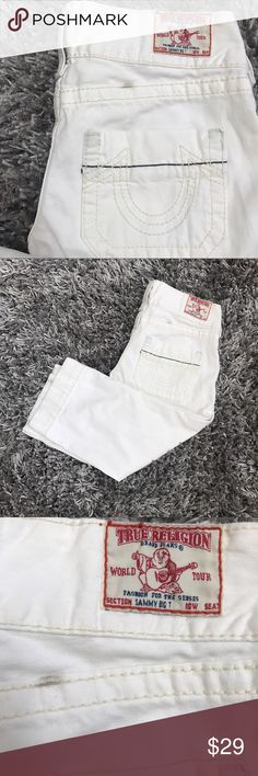 "TR Sammy Big T Jeans White Crop Women's 26 Capris ⭐️️size 26  ⭐️️gently worn with one fray and a couple spots see pics  ⭐️️darling comfy relaxed fit  ⭐️️perfect for summer  ⭐️️Approx Measurements:  Inseam 21"" Length almost 27"" 060117-6 🚫trades please True Religion Jeans Ankle & Cropped"
