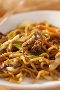 Easy Asian Beef & Noodles ~ This is delicious & satisfies the craving for lo-mein. Make with chicken and shrimp as well, just adjust the ramen noodle flavor to match. From WW cookbook Cooking for Two, it makes a HUGE 10 points serving. Weight Watchers Lunches, Weight Watcher Dinners, Weight Watchers Pasta, Ww Recipes, Cooking Recipes, Healthy Recipes, Recipies, Dinner Recipes, Recipes For Two