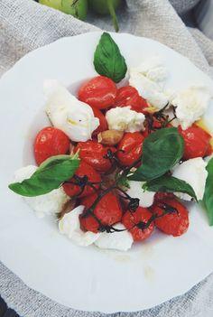 uusin salaatti-ihastukseni on klassinen tomaatti-mozzarellasalaatti, Insalata Caprese, pienellä twistillä.