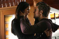 nina dobrev and paul wesley on set   Un momento romantico tra Nina Dobrev e Paul Wesley nell'episodio ...