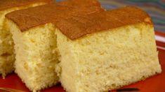 Castella (Kasutera Sponge Cake Recipe) カステラ 作り方レシピ  <材料>19x19x8の型 卵:300g(中サイズ6個) 砂糖:200g ハチミツ:大3(66g) 熱湯:大3 強力粉:150g ザラメ:大1←オプション  メモ:トレーをかぶせる前に、立ち上がった敷き紙の四隅に切り込みを入れて外側に折っておくとカステラの表面に敷き紙のあとが残らずきれいに仕上がります。オーブンはそれぞれくせ(個体差)があるので温度と時間は目安にして下さい。