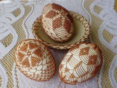 idée diy déco de pâques tricotage Wire Ornaments, Carved Eggs, Christmas Crafts, Christmas Decorations, Egg Tree, Idee Diy, Old World Style, Egg Decorating, Chainmaille
