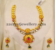 Jewellery Designs: Shimmering Gold Set with Polki