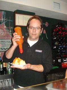 """Raúl Cabrera """"castigando"""" una ración de bravas en una foto que salió en un artículo del conocido gastrónomo señor Capel acerca de los mejores sitios de España para comer patatas bravas"""