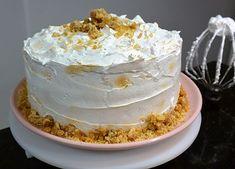 Esse bolo de nozes é o bolo de aniversário perfeito pra quem não quer um bolo muito doce, mas ao mesmo tempo quer muito sabor. Veja a receita!