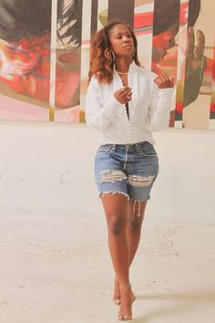 Detail white shirt paired with distressed shorts Short Outfits, Chic Outfits, Summer Outfits, Fashion Outfits, Womens Fashion, Fashion Trends, I Love Fashion, Fashion Looks, Spring Summer Fashion