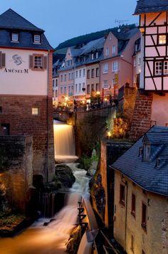 Cascada urbana en la ciudad de Saarburg, Alemania.