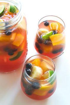 Esta sangría sin alcohol y sin azúcar es una alternativa más sana y ligera que la versión original. Está hecha son mosto y con frutas.