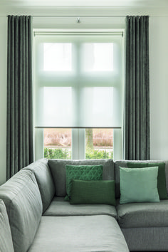 Wat een fijne woonkamer met dit rustige kleurenpalet. De transparante rolgordijn geeft prachtig gefilterd daglicht Living Room, Home Room Design, Green Curtains, Interior, Curtains Living Room, Home, House Interior, Interior Design, Interior Design Bedroom