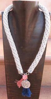 collar de algodón tejido a mano con moneda y borlas de algodón