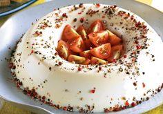 Essa musse salgada é de dar água na boca! Você ainda pode enfeitar com tomates no centro: é perfeito. Anote a receita