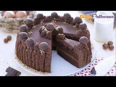 La torta morbida al cacao con ganache al cioccolato è un dolce molto scenografico e goloso, arricchito da granella di nocciole e tartufini fondenti.