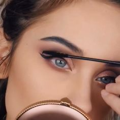 Eye Makeup Tutorials This eye make-up look proposed by beautyhacks is really stunning.This eye make-up look proposed by beautyhacks is really stunning. Eye Makeup Tips, Makeup Videos, Makeup Inspo, Makeup Inspiration, Makeup Tutorial Videos, Makeup Art, Make Up Tutorials, Make Tutorial, Make Up Anleitung