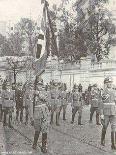 1943. Desfile del entierro del embajador alemán en España. Pasan por la que hoy es la embajada de EEUU en Serrano.