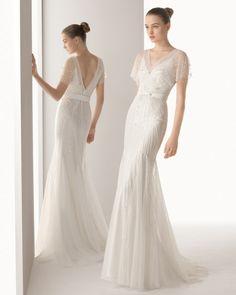 Vestido e capa de tule bordado brilhantes em cor natural. 81G01- Luvas de renda, brilhantes e tule em cor natural.