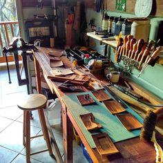 Workshop Studio, Diy Workshop, Woodworking Shop, Woodworking Plans, Diy Corner Shelf, Workbench Table, Leather Bench, Leather Workshop, Craft Room Storage