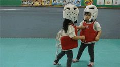 Vaya Face!: La espeluznante patada de taekwondo de una niña a otra (cuidado, puede herir la sensibilidad)