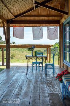 Com 3 m de largura, a varanda tem espaço de sobra e recebe uma mesa, perfeita para se apreciar o belo pôr do sol na montanha.