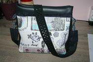 Ce sac est fait de tissu fantaisie et skaï noir  et la bandoulière est faite avec une ceinture de pantalon. Venez visiter ma boutique CRESAOF Détournement Textiles.