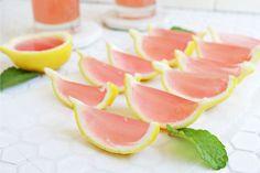 Le chiamano gelatine alcoliche, jello shots o caramelle alcoliche: vediamo insieme come fare questo dolce veloce e divertente!