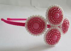 Tiara forrada com fita de cetim e com enfeite de vidrilhos rosa e contas de pérolas brancas bordados a mão.