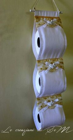 Portarotoli da bagno con gessetti profumati. Le creazioni di SeM Sewing Hacks, Sewing Crafts, Sewing Projects, Diy Crafts To Sell, Home Crafts, Bathroom Crafts, Dollar Tree Decor, Quick Crochet, Hanging Organizer