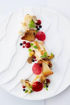 Cepes betterave fleurs et herbes aux sauces | cuisine, gastronomique, recette. Plus de nouveautés sur http://www.bocadolobo.com/en/inspiration-and-ideas/