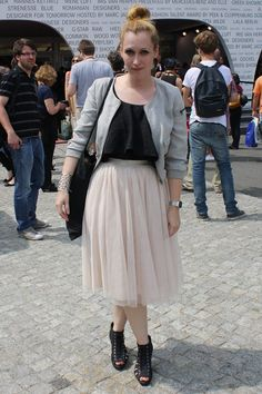 Bei dem Outfit dieser Fashionista hat der Midirock seinen ganz großen Auftritt: Auf der Fashion Week in Berlin hat sie für unsere Kamera posiert! Berlin Mode, Berlin Fashion, Midi Skirt, Fashion Beauty, Tulle, Outfit, Urban, Skirts, Clothes