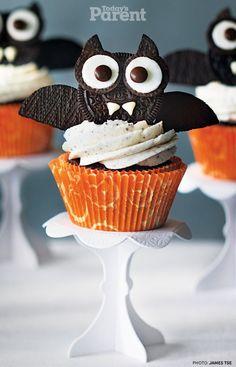 Cupcake chauve-souris pour Halloween : recouvrez un petit gâteau de crème et, à l'aide d'oreo plantés dans la crème ou collés entre eux avec de la crème, faites une chauve-souris. N'oubliez pas de mettre un peu de crème pour les dents et de coller des bonbons de chocolat pour les pupilles.