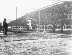 1896  Uma prova de atletismo: salto em altura.