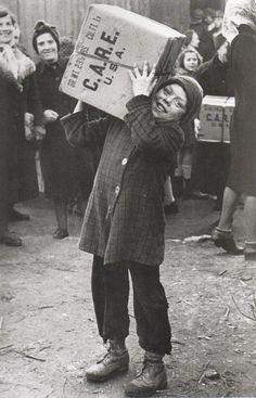 Erstes Care Paket in Berlin, 14 August 1946. Fotograf unbekannt.