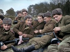 Red Army men-gunners smoke in a halt, WWII - pin by Paolo Marzioli Siegfried Line, Trauma, Russian Fighter, Battle Of Stalingrad, Sniper Training, Combat Medic, Victory Parade, Red Army, Second World