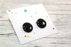 Little stud earrings, made of polymer clay with resin on the top. It is very light and not fragile. Black Stud Earrings, Polymer Clay, Etsy Seller, Resin, Creative, Top, Crop Shirt, Shirts, Modeling Dough
