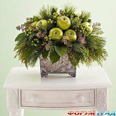 Новогодний букет из хвои и яблок<br />