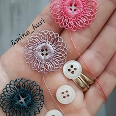 Crochet Button Flowers Video Free Pattern Lots Of Ideas Crochet Motifs, Crochet Buttons, Crochet Flower Patterns, Thread Crochet, Crochet Crafts, Crochet Flowers, Crochet Stitches, Crochet Projects, Sewing Crafts