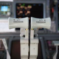 Qantas B737-838 push forward for thrust @cambuntu
